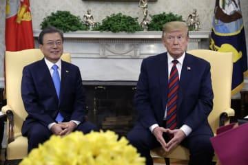 11日、米ホワイトハウスで会談する韓国の文在寅大統領(左)とトランプ米大統領(AP=共同)