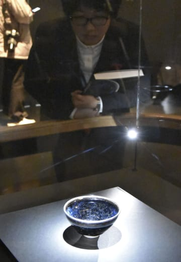 報道陣に公開された藤田美術館蔵の国宝「曜変天目」=12日午前、奈良市の奈良国立博物館