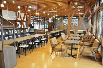 旧長井小第一校舎の1階に設けられた「くつろぎ・交流スペース」=長井市