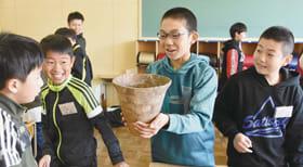 縄文土器の感触を確かめる児童