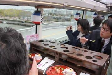 新潟の旬の食と風景を楽しめるレストランバス=11日、新潟市中央区