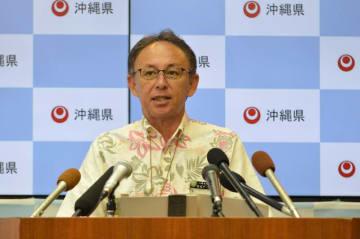 定例記者会見で記者の質問に答える玉城デニー知事=4月12日、沖縄県庁