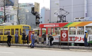 後続の電車(左)に追突された岡山電気軌道の路面電車=12日午前10時37分、岡山市