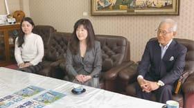 「熱い演奏を届けます」とPRした室蘭出身のバイオリニストの吉井さん(中央)と清原さん(左)、EMM代表の金谷さん