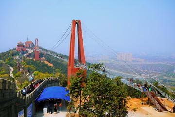 長さ518メートルのガラス橋が一般公開 江蘇省江陰市華西村