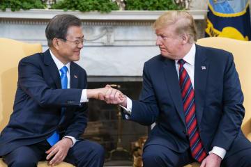 11日、米ホワイトハウスで会談するトランプ大統領(右)と韓国の文在寅大統領(UPI=共同)