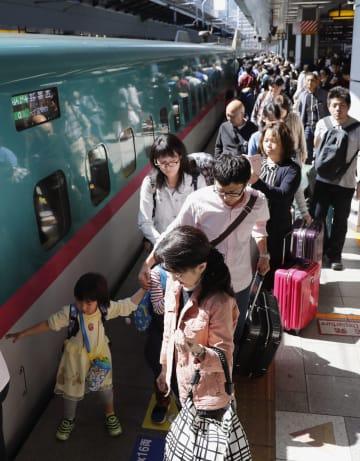 昨年のゴールデンウイークに、家族連れらで混雑するJR東京駅の新幹線ホーム=2018年4月28日
