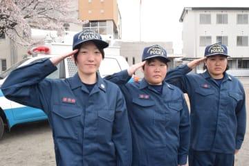 県警初の女性機動隊員になった(左から)小林巡査部長、五月女巡査長、増子巡査=11日午後、宇都宮市若草2丁目