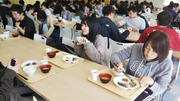 無料の朝食を楽しむ学生たち