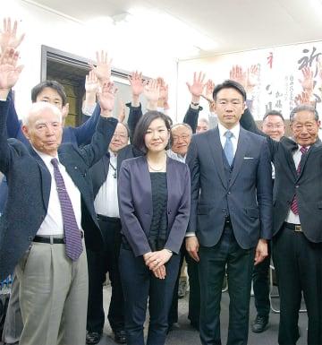 市議選トップ当選を果たした青木功雄氏(右から3人目)