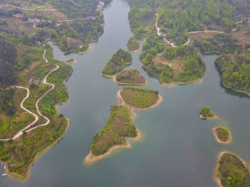 湖に広がる美しい春景色 貴州省湄潭県