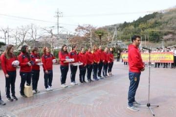 美作市役所で歓迎を受けるラグビー7人制女子のスペイン代表