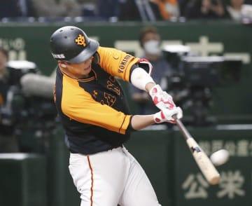 3回巨人1死、坂本勇が左越えに本塁打を放つ=東京ドーム