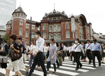 出勤する人たち=2018年、JR東京駅前