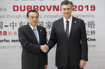 中国の李克強首相(左)を迎えるクロアチアのプレンコビッチ首相=12日、クロアチア・ドブロブニク(AP=共同)