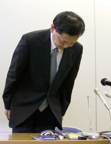 広島中央署の多額窃盗事件で署長らの処分について記者会見し、謝罪する広島県警の石田勝彦本部長=12日午後、広島県警本部