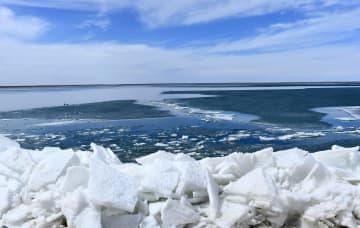 春の訪れを告げる解氷 青海湖