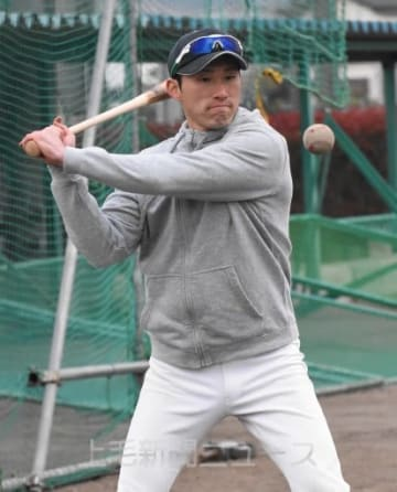 選手にノックを放つ藤岡北の神田監督