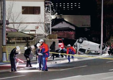 軽乗用車の車外に投げ出された男性が死亡した事故現場を捜査する仙台南署員=6日夜、仙台市太白区
