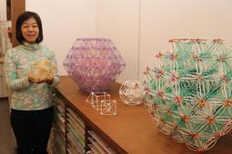 綿棒で作った立体作品を展示する垣内佐恵さん=坂本文昌堂本店ギャラリー