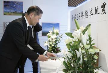 熊本地震の犠牲者を悼み、献花する熊本県益城町の西村博則町長=13日午前、益城町