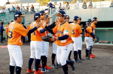 愛媛MPのホーム開幕戦で守備位置に向かう選手=12日夕、宇和島丸山球場