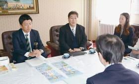 今年のやきとリンピックについて説明する日疋代表理事(正面中央)と瀧本課長補佐(同左)=室蘭市役所
