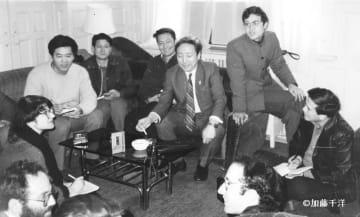 外国メディアの記者たちと談笑する劉賓雁(中央の背広姿)。1985年1月、北京の中華全国新聞工作者協会の応接室で
