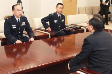事故状況などを三村知事に説明する森川司令官(左)ら