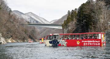 湯西川ダム湖を遊覧する水陸両用バス=12日午前10時50分、日光市西川