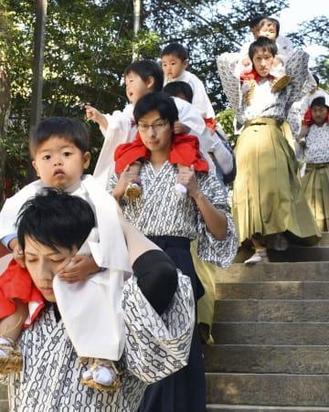 稚児の健やかな成長を祈る「湯登神事」の行列=13日、和歌山県田辺市の熊野本宮大社