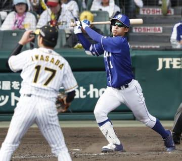 4回中日無死、京田が右越えに満塁本塁打を放つ。投手岩貞=甲子園