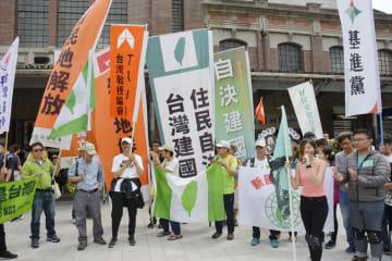 台湾・台中市の駅前で集会を開いた台湾独立派のグループ=13日(共同)