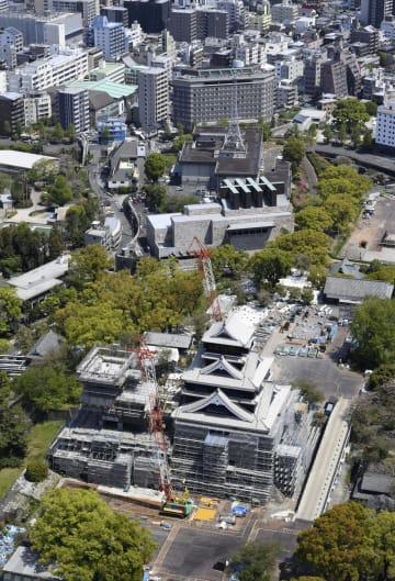 熊本地震の発生から3年を迎える熊本城天守閣。大天守(手前右)の外観の復旧工事はほぼ完了した=13日午後、熊本市(共同通信社ヘリから)