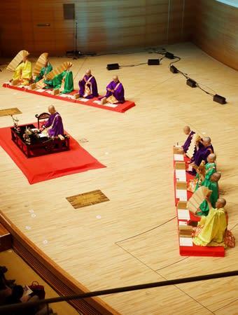 仏教音楽「声明」を披露する総本山長谷寺の僧侶=13日、新潟市中央区