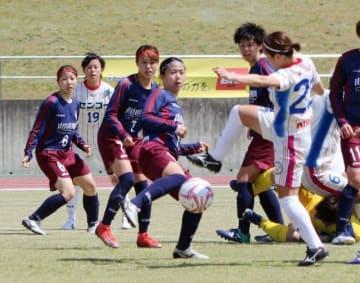 自陣ゴール前で競り合う岡山湯郷ベルのMF新城舞(左から4人目)ら=津山陸上競技場