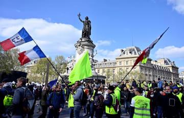 レピュブリック広場に集まったデモの参加者=13日、パリ(ゲッティ=共同)