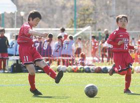 【FC DATE少年団―奈井江少年団】第2ピリオド、左足のシュートで得点を狙うDATEの藤原