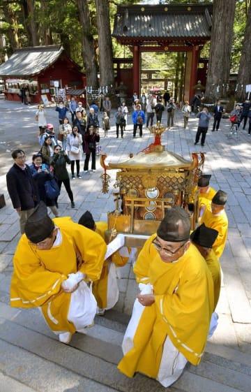 神人の手で拝殿へ運ばれるみこし=13日午後1時15分、日光市山内
