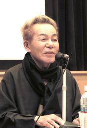渡英前、作曲家船村徹さんに弟子入りした秘話も明かし、会場を沸かせた鳥丸軍雪さん=神戸市東灘区向洋町中2