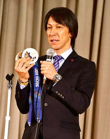 ソチ五輪で手にしたメダルを披露する葛西紀明さん=戸沢村中央公民館