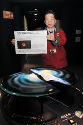 ブラックホールに関する資料が展示される館内=明石市立天文科学館