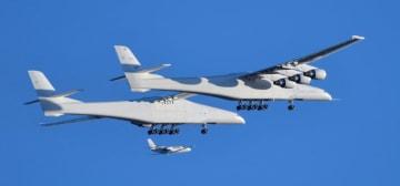 試験飛行する巨大航空機「ストラトローンチ」=13日、米カリフォルニア州モハーベ(ロイター=共同)