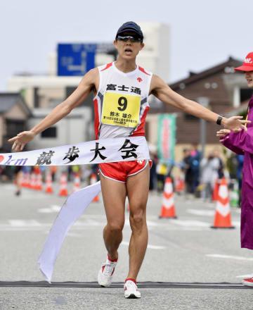男子50キロ競歩 日本記録を更新する3時間39分7秒で優勝した鈴木雄介=石川県輪島市