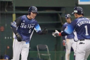 7回に代走で登場した西武・源田壮亮(左)【写真:荒川祐史】