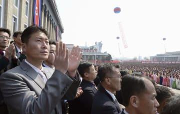 金正恩氏の国務委員長再任を祝う中央大会で拍手する市民ら=13日、平壌の金日成広場(共同)