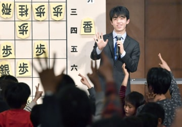 小中学生向けの将棋講座に参加した藤井聡太七段=14日午後、名古屋市の松坂屋名古屋店