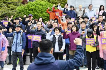 徴用工像の強制撤去に抗議する市民団体のメンバーら=14日、韓国・釜山(共同)