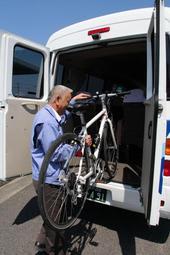 自転車を積んで運ぶマイクロバス=南あわじ市志知鈩