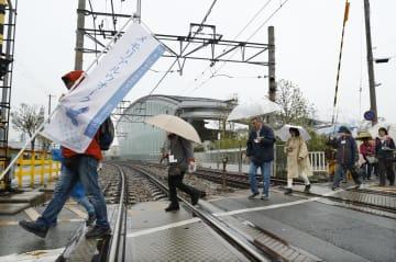 尼崎JR脱線事故現場近くの踏切を渡る「メモリアルウオーク」の参加者=14日午後、兵庫県尼崎市